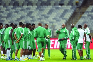 STRATEGISING: Nigeria''s Coach Stephen Keshi (4-right) speaks to his players during an official training session at the Minerao stadium in Belo Horizonte, Brazil on 16 June, 2013. Nigeria will face Tahiti in their first FIFA 2013 Confederation Cup match tonight.