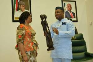Gov Udom Emmanuel receiving an artefact from Mrs Dayo Keshi during the visit