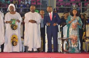 Gov Udom Emmanuel (2nd right), Senator Godswill Akpabio (2nd left), Deaconess Martha Udom Emmanuel (right) and Mrs Unoma Akpabio