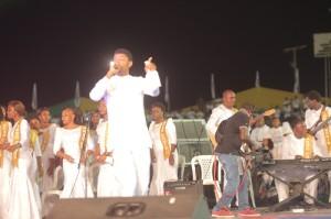 Steve Crown performing